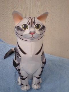 紙でできた猫
